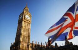 الأسر البريطانية تتدافع لسداد ديونها مع تراجع الإنفاق