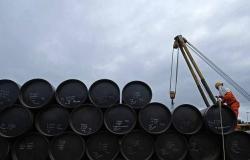محدث.. النفط يمحو مكاسب 11% ويتحول للهبوط عند التسوية