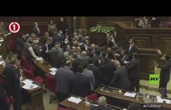 شاهد.. اندلاع شجار عنيف في البرلمان الأرمني