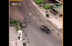 رجال الشرطة يستوقفون السيارات مع بدء الحظر فى طريق مصر حلوان الزراعي