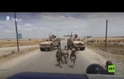 شاهد.. قوة أمريكية تحاول اعتراض دورية روسية شمال سوريا!