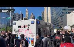 محتجون يهاجمون مركبة شرطة قرب برج ترامب في شيكاغو