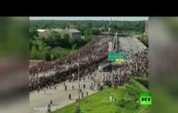 شاهد.. شاحنة تجتاح حشود المحتجين في مينيابوليس الأمريكية بسرعة كبيرة