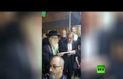 يهود متدينون يعزون عائلة الشاب الفلسطيني الذي قتلته الشرطة الإسرائيلية
