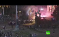 اشتباكات عنيفة بين الشرطة ومحتجين أمام مبنى البرلمان في بلغراد