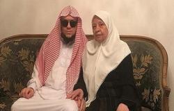 الستينية أم حاتم ترافق ابنها الضَّرير 48 شهرًا حتى نيل درجة الماجستير