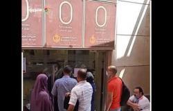 لم يطبقوا الإجراءات الاحترازية.. تزاحم المواطنين أمام بنك مصر فرع الهرم