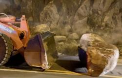 شاهد .. إغلاق مؤقت لمسار عقبة القامة المؤدي للنماص إثر انهيار صخري مفاجئ