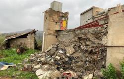 بالصور.. انهيار منزل فوق ساكنيه ونجاة الأسرة من الحادث بالداير