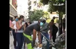 لبنانيون ينظفون الشوارع من آثار انفجار بيروت