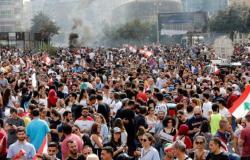 متظاهرون لبنانيون يهتفون ضد حزب الله في بيروت