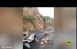 فيديو مروع لتساقط الصخور من قمم الجذم على سيارة في السعودية