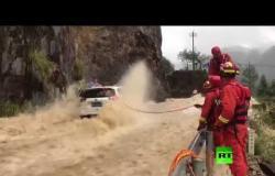 فيديو.. إنقاذ ثلاثة أشخاص من سيارة حاصرها الفيضان