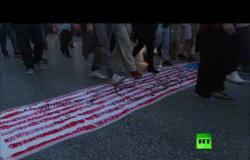 اليونانيون يحرقون العلم الأمريكي احتجاجا على زيارة بومبيو
