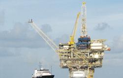 أسعار النفط ترتفع مدفوعة بتراجع المخزونات الأمريكية