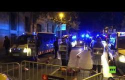إسبانيا.. المحتجون يرشقون الشرطة برؤوس الخنازير