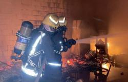 """""""مدني الخُبر"""" يُخمد حريقًا اندلع في مستودع لتخزين وتجهيز الفعاليات"""