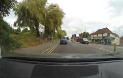 بالفيديو.. شاهد ما فعلته شجرة ضخمة بسيارة في بريطانيا