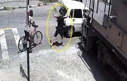 بالفيديو .. هرب من السيارة تاركًا زوجته في وجه القطار