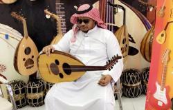 """عزف وغناء وشعر وتقليد.. اليزيدي """"أبو ريشة"""" فنان سعودي يتهيأ """"فيديو"""""""