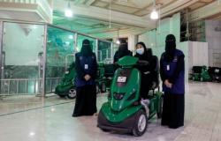 """يقدن العربات ويرشدن المعتمرات.. 50 فتاة سعودية بدرجة """"مطوفة"""""""