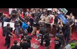 تراشق بأحشاء الخنازير داخل البرلمان التايواني