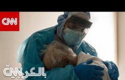 طبيب أُلتقطت له صورة مفجعة وهو يواسي مريضًا مسنًا بعيد الشكر.. فما قصتها؟