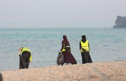 """شباب وفتيات """"الشرقية"""" يتسابقون على تنظيف الشواطئ في مبادرة """"بحر بلا بلاستيك"""""""