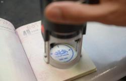 """الجوازات.. """"بالثلث المنقوط""""... هكذا يشاهد العالم جمال الخط العربي في مطاراتنا"""