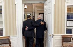 """""""أوباما"""" في تهنئته لـ""""بايدن"""": """"مبروك صديقي الرئيس هذا هو وقتك"""""""