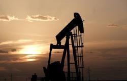 أسعار النفط تستقر عقب زيادة مفاجئة في مخزونات الخام الأمريكية