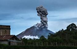 إندونيسيا.. بركان يثور ويطلق الرماد حتى مسافة 3 كم