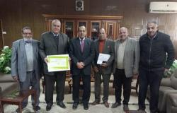 محافظ شمال سيناء يكرم وكيل وزارة التموين السابق
