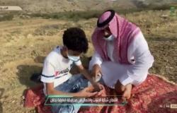 """شاهد طلاب """"أبو الغرفة"""" يفترشون الخلا بحثًا عن شبكة.. والقناة السعودية تتفاعل مع """"سبق"""""""