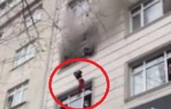 بالفيديو .. أُمٌّ تُلقي أطفالها من نافذة الطابق الثالث بمنزل يحترق