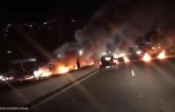 في مشهد يذكِّر بأزمة أكتوبر 2019.. احتجاجات في مدن لبنانية عدة إثر هبوط جديد لليرة
