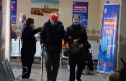 """""""متشعلقين في الأمل"""".. كيف مضى أول أيام التطعيم بلقاح كورونا بمصر؟ (معايشة)"""