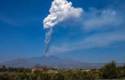 """بركان """"إتنا"""" الإيطالي يطلق سحابة هائلة من الرماد والحمم في السماء"""