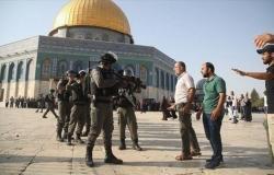 قوات الاحتلال تقتحم ساحات الأقصى مخلفة عشرات الجرحى والمعتكفين يتصدّون لهم