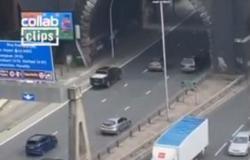 فيديو.. شاهد من أوقف المرور على طريق دائري في بريطانيا