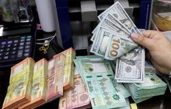 العملة اللبنانية تهوي إلى نفس المستوى الذي فجر احتجاجات مارس
