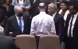 """بالفيديو.. موقف محرج لـ""""نتنياهو"""" بعد أداء الحكومة الإسرائيلية الجديدة اليمين"""