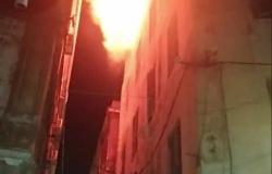 إخماد حريق نشب أعلى سطح عقار في محطة الرمل بالإسكندرية (صور)