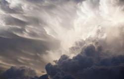 """""""الأرصاد"""" ينبّه 4 مناطق: رياح نشطة وأتربة مثارة وأمطار وتدنٍّ في الرؤية"""