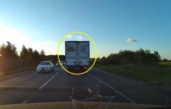 فيديو مروِّع.. سائقة ترتكب أسوأ خطأ على طريق ذي اتجاهين