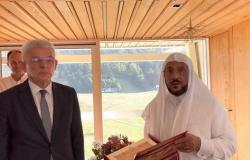 """بالفيديو.. """"آل الشيخ"""" يهدي نسخة من المصحف لرئيس البوسنة: أسأل الله أن يكون سراجاً منيراً لك"""
