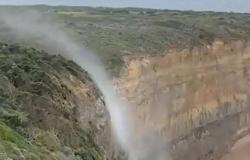 """بالفيديو.. مياه الشلال """"تتجه إلى الأعلى"""" في ظاهرة طبيعية غريبة"""