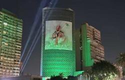 إضاءة مبنى السفارة السعودية في القاهرة باللون الأخضر (صور)
