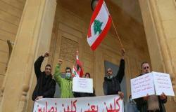 """لبنانيون ينظمون مسيرة باتجاه وسط بيروت في ذكرى """"ثورة 17 تشرين"""" .. بالفيديو"""