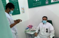 شاهد.. بطمأنينة وهدوء وقناعة تامة.. المستفيدون يحصلون على الجرعة التنشيطية بمركز الطائف للقاحات